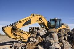 Máquina escavadora com rochas Imagem de Stock Royalty Free