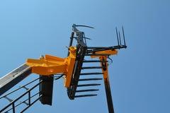 Máquina escavadora contra o céu da nuvem Foto de Stock Royalty Free