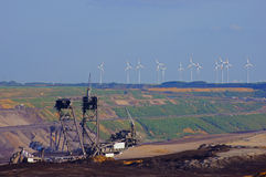 Máquina escavadora da cubeta na mineração do lignite imagens de stock royalty free