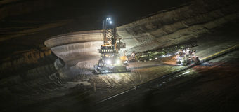 máquina escavadora da Cubeta-roda na noite no hambach do extração de carvão do aberto-molde fotos de stock