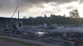 A máquina escavadora da demolição rasga fora uma construção vídeos de arquivo