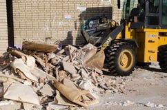 Máquina escavadora da escavadora que trabalha com pá restos na pilha com sua concha foto de stock