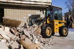 Máquina escavadora da escavadora que trabalha com pá restos na pilha com sua concha imagem de stock royalty free