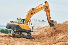 Máquina escavadora da roda no sandpit durante trabalhos do movimento de terras foto de stock royalty free