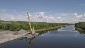 Máquina escavadora de guindaste do rio na barca vídeos de arquivo