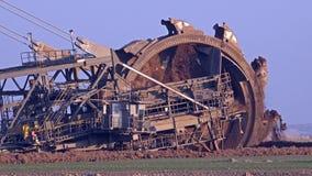 Máquina escavadora de roda de cubeta gigante - mineração Opencast filme