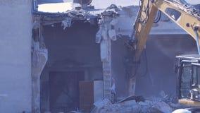 A máquina escavadora demole paredes video estoque