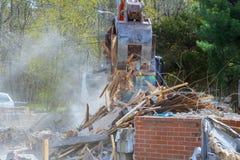 Máquina escavadora Demolition de uma construção de casa velha para o projeto de construção novo fotografia de stock royalty free