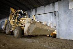 Máquina escavadora dentro do edifício industrial em andamento Fotos de Stock Royalty Free