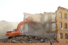 A máquina escavadora destrói a casa velha imagens de stock royalty free
