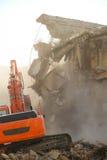 A máquina escavadora destrói a casa velha fotografia de stock