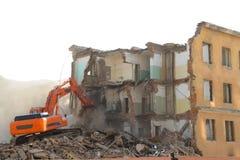 A máquina escavadora destrói a casa velha foto de stock royalty free