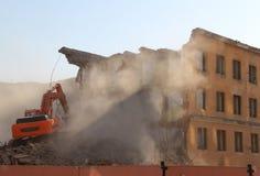 A máquina escavadora destrói a casa velha fotografia de stock royalty free