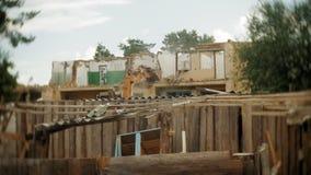 A máquina escavadora destrói a construção velha video estoque