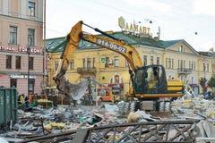 A máquina escavadora destrói construções Fotos de Stock Royalty Free