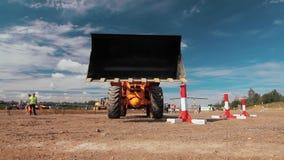 Máquina escavadora do carregador da roda no canteiro de obras Feche acima da cubeta de levantamento da máquina escavadora video estoque