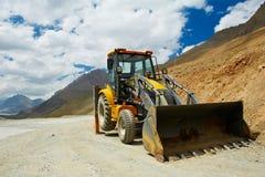 Máquina escavadora do carregador da roda no trabalho das montanhas foto de stock