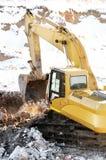 Máquina escavadora do carregador em aberto - molde no inverno foto de stock