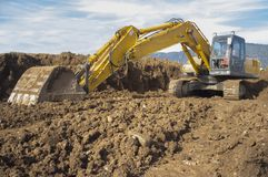 Máquina escavadora do movimento de terras que prepara o solo do canteiro de obras fotografia de stock royalty free
