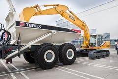 Máquina escavadora e camião amarelos do diesel Imagem de Stock