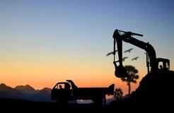 Máquina escavadora e caminhão da silhueta Fotografia de Stock
