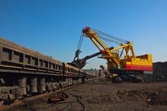 Máquina escavadora e caminhões abertos dos bens Fotos de Stock