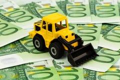 Máquina escavadora em euro- cédulas Fotografia de Stock Royalty Free