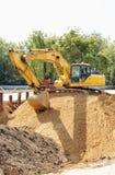 Máquina escavadora em um montão grande Imagens de Stock