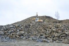 Máquina escavadora em uma mina de poço aberto imagens de stock