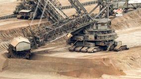 máquina escavadora em uma mina do lignite - lapso da Cubeta-roda de tempo vídeos de arquivo