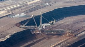 máquina escavadora em uma mina do lignite - lapso da Cubeta-roda de tempo filme