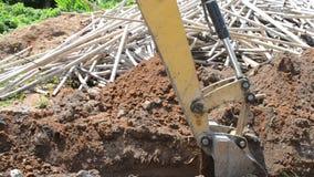 A máquina escavadora está escavando video estoque