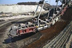 Máquina escavadora gigante em uma mina de carvão fotografia de stock royalty free