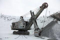 A máquina escavadora grande a carregar esmagou o minério de ferro, pedra esmagada, rochas imagens de stock royalty free