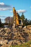 Máquina escavadora hidráulica estacionada na construção imagem de stock royalty free