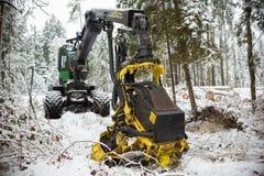 Máquina escavadora hidráulica na neve do inverno da floresta fotografia de stock royalty free