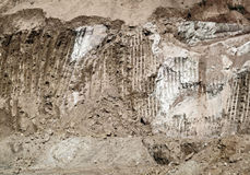Máquina escavadora industrial Scrape Marks Left da terra em um montanhês Imagem de Stock