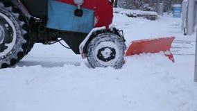 A máquina escavadora limpa as ruas das grandes quantidades de neve na cidade filme