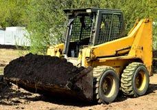 Máquina escavadora móvel a trabalhar em um parque da cidade Imagens de Stock