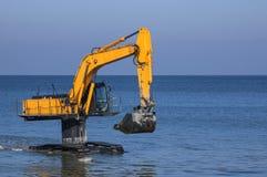 Máquina escavadora na água Fotos de Stock