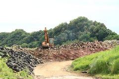 Máquina escavadora na descarga Fotos de Stock