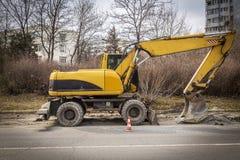 Máquina escavadora na estrada Foto de Stock Royalty Free