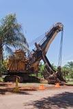 A máquina escavadora na frente da entrada do ferro anterior mina em Thabazimbi, África do Sul Fotos de Stock Royalty Free