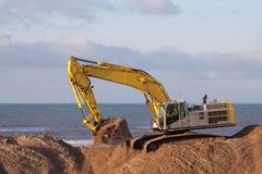 Máquina escavadora na praia Imagem de Stock Royalty Free