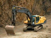 Máquina escavadora no local Fotos de Stock Royalty Free