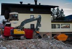 Máquina escavadora no local de demolição foto de stock royalty free