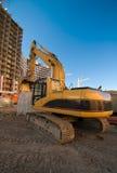 Máquina escavadora no lugar da construção foto de stock