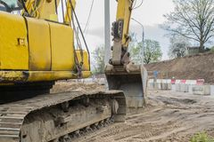 Máquina escavadora no sandpit durante trabalhos do movimento de terras foto de stock royalty free