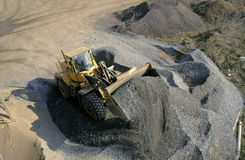 Máquina escavadora no trabalho em um poço de cascalho Foto de Stock Royalty Free
