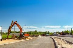 Máquina escavadora para martelar as pilhas de aço, estrada da construção imagens de stock royalty free